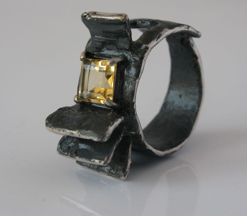 Anello in argento ossidato e quarzo